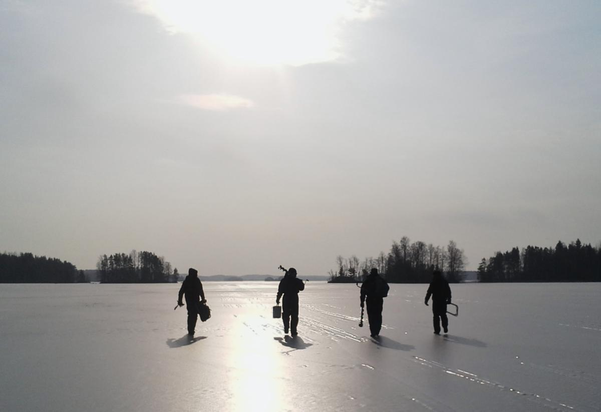 Pilkkijät Vesijako-järven jäällä
